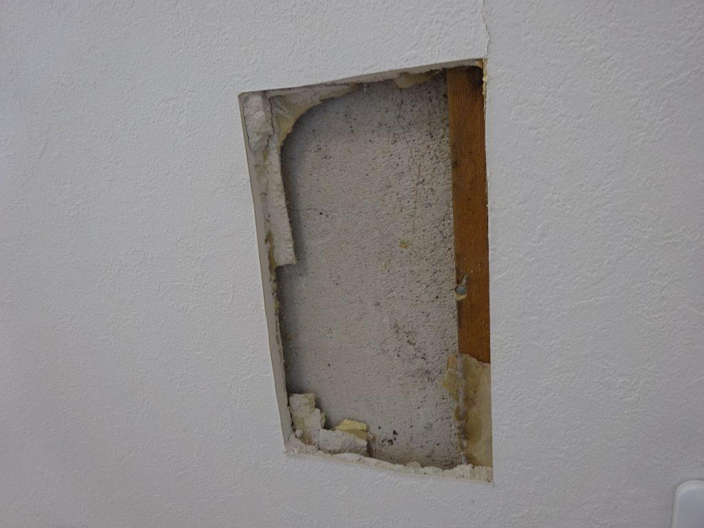 壁穴を広げて下地調査