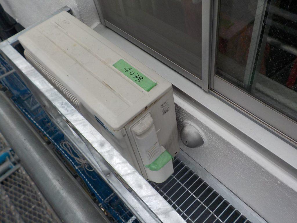 エアコン架台にエアコンを設置も通気口グリルが当たる