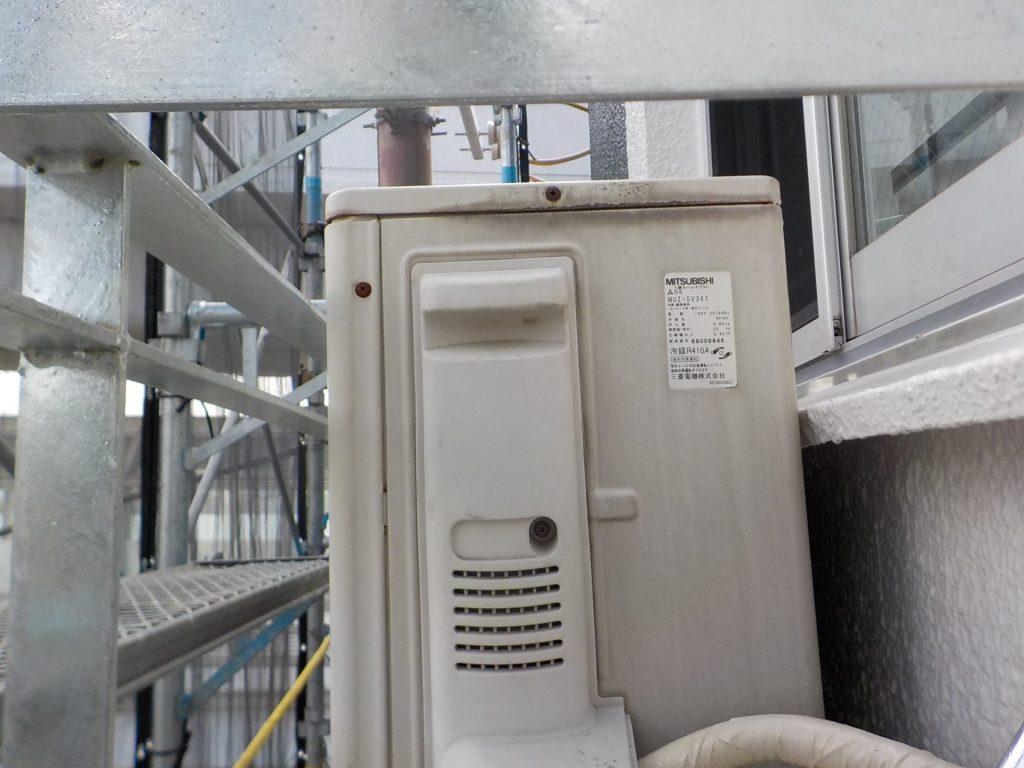 エアコン架台、エアコンと窓枠が当たってしまう問題を解決