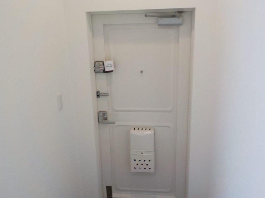 マンションの鉄製扉をカバー工法で交換